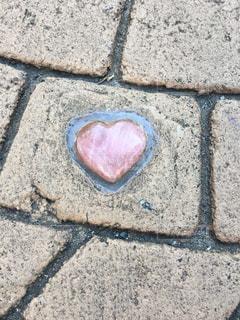 石畳にはめ込まれたハートマークの写真・画像素材[2277667]