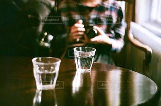 テーブルの上のガラスの花瓶のクローズアップの写真・画像素材[2261568]