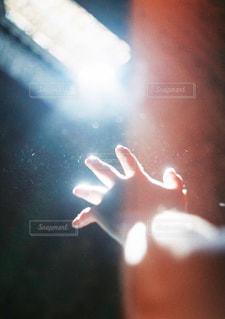 隙間から入ってきた光と手の写真・画像素材[2278399]