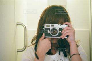 女性,カメラ,自撮り,ロングヘア,セルフィー,フィルム,趣味,寝起き,フィルムカメラ,セルフ,セルフショット