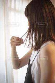カメラに向かってポーズをとる鏡の前に立つ女性の写真・画像素材[2287078]