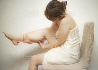 足をマッサージする女性の写真・画像素材[2303981]