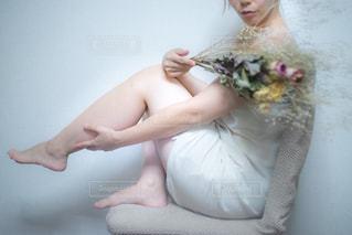 ドライフラワーと素肌の女性と足の写真・画像素材[2303998]