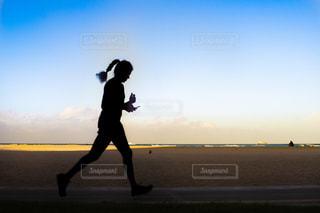 浜辺でランニングをしている女性の写真・画像素材[2304962]