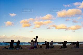 ハワイのビーチでヨガをする人々の写真・画像素材[2305006]