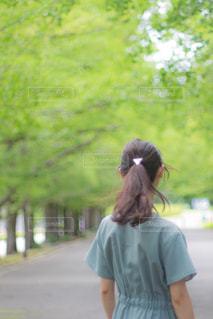 道を歩く人の写真・画像素材[2324198]