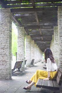 公園のベンチに座っている女性の写真・画像素材[2324249]