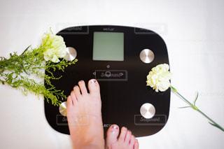 体重計に乗る女性の写真・画像素材[2330945]