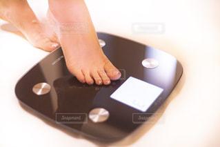 体重計に乗るアラサー女性の足の写真・画像素材[2330949]