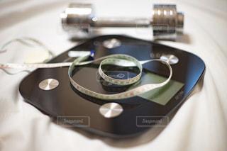 体重計とダンベルとメジャーの写真・画像素材[2330950]