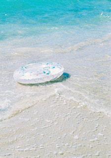 砂浜に浮かぶ浮き輪の写真・画像素材[2338426]