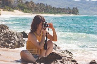 浜辺に座っている女性の写真・画像素材[2338436]