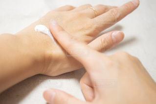 ボディクリームを塗っている女性の手の写真・画像素材[2344274]