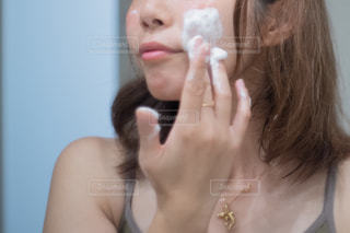 スキンケアをしているアラサー女性の写真・画像素材[2363789]