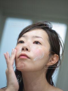 入浴後にスキンケアをする女性の写真・画像素材[2363860]
