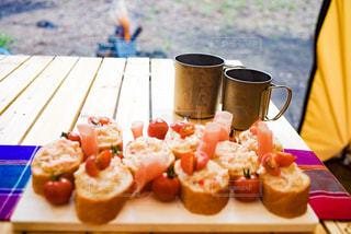 キテーブルの上に乗ったキャンプ時の朝食の写真・画像素材[2367779]