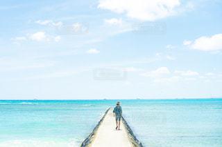 海の上を散歩している女性の写真・画像素材[2376208]