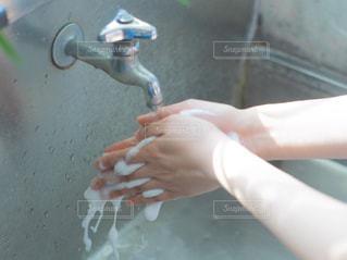ハンドソープで手洗いする人の手の写真・画像素材[2378331]
