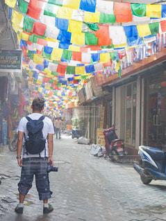 ネパールの道を歩く男性の写真・画像素材[2382257]