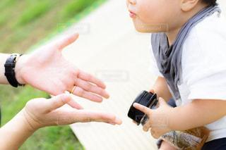 赤ん坊に手を差し伸べる母親の写真・画像素材[2388023]