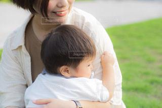 赤ん坊を抱く母親の写真・画像素材[2388028]