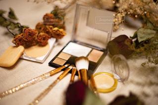 ブラウン系の化粧品とドライフラワーの写真・画像素材[2394850]