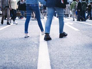 歩行者天国を歩くジーンズを履いたカップルの写真・画像素材[2421773]