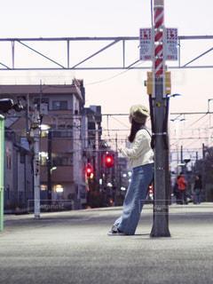 駅構内で電車を待つ女性の写真・画像素材[2421824]