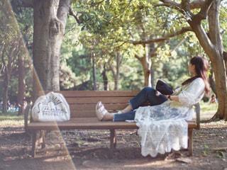 公園のベンチに座っている女性の写真・画像素材[2421839]