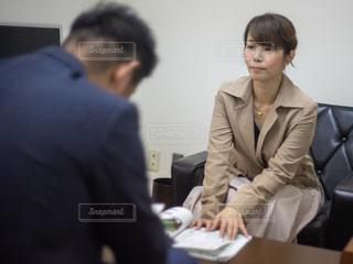 商談をするスーツを着た女性と男性の写真・画像素材[2425102]