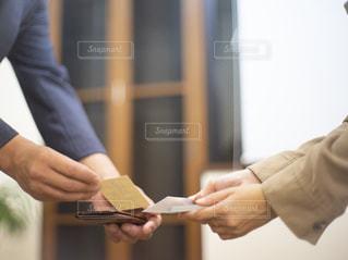 名刺交換をしている男性と女性1の写真・画像素材[2425117]
