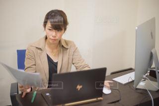 パソコンを使って仕事をする女性の写真・画像素材[2425126]