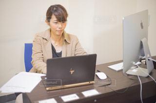 ラップトップコンピュータの前で仕事をする女性の写真・画像素材[2425128]