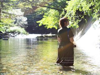 川の浅瀬の中で立っている女性 1の写真・画像素材[2431109]