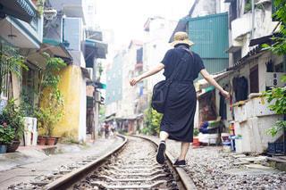 ベトナムのハノイの線路を歩いている女性の写真・画像素材[2432576]