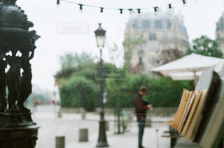 本屋の奥で立っている人物とその街並みの写真・画像素材[2433200]