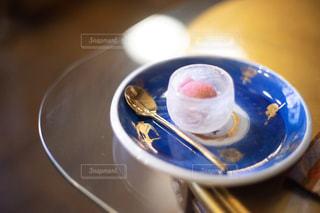 アンティークの皿の上に乗っている巨峰シャーベットの写真・画像素材[2445466]