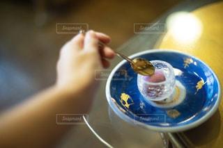 お洒落な皿の上にある巨峰シャーベットをすくうスプーンの写真・画像素材[2445467]