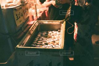 クーラーボックスの中で冷やされている缶ビールの写真・画像素材[2453739]