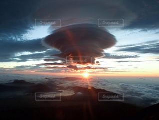 富士登山中に見える日の出と雲海の写真・画像素材[2473285]