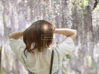 髪の毛をかきあげる女性の写真・画像素材[2473307]