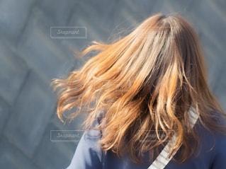 髪の毛をなびかせている女性の写真・画像素材[2473308]