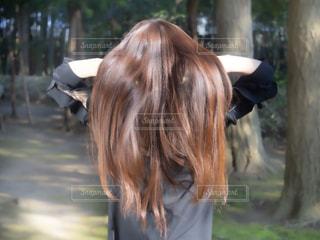 髪の毛をかき上げるロングヘアの女性の写真・画像素材[2473311]