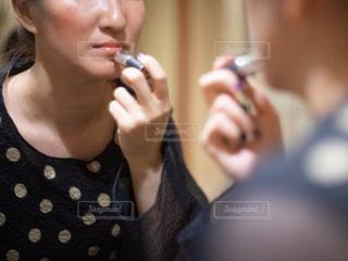 ドレッサーの前でメイクをしている女性の写真・画像素材[2511866]