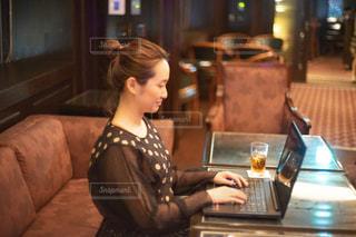 女性,30代,カフェ,テーブル,パソコン,人物,ソファ,レストラン,ノートパソコン,ホテル,PC,バー,仕事,ビジネス,ラップトップ,アラサー,リモートワーク,ビジネスシーン