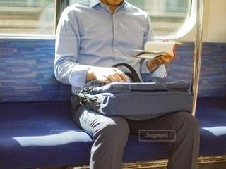 電車で本を読む男性の写真・画像素材[2629593]