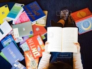 屋内で読書をする女性の写真・画像素材[2629596]