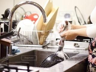 台所で食器洗いをする女性の写真・画像素材[2719229]