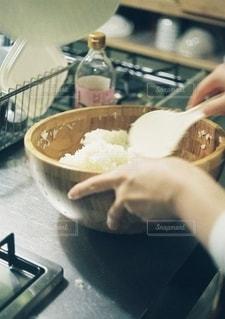 キッチンで料理をしている女性の写真・画像素材[2719231]