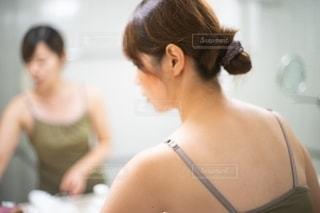 鏡の前でケアをする女性の写真・画像素材[2721988]